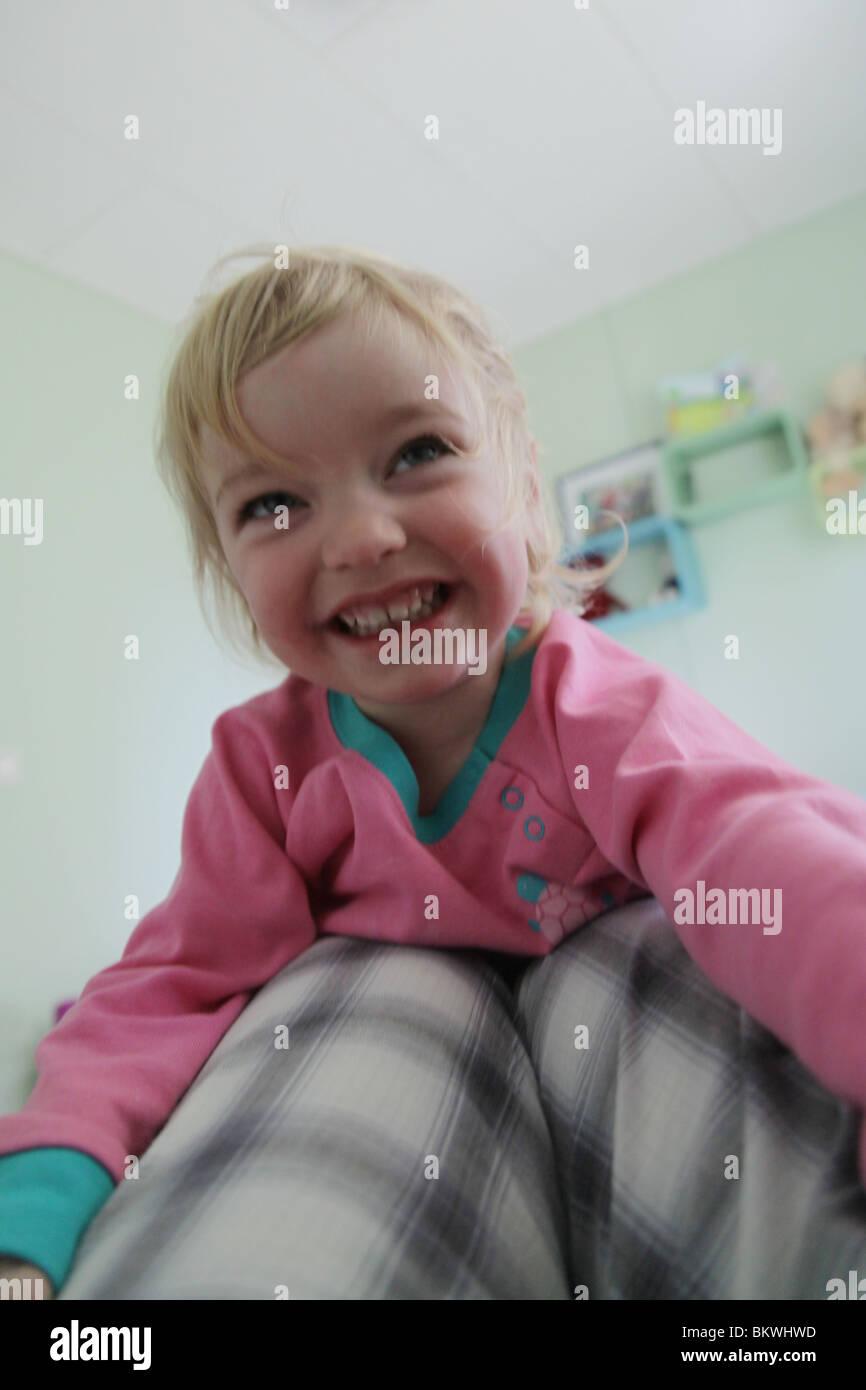 Deux ans enfant bébé fille jouant jouer accueil escalade ...