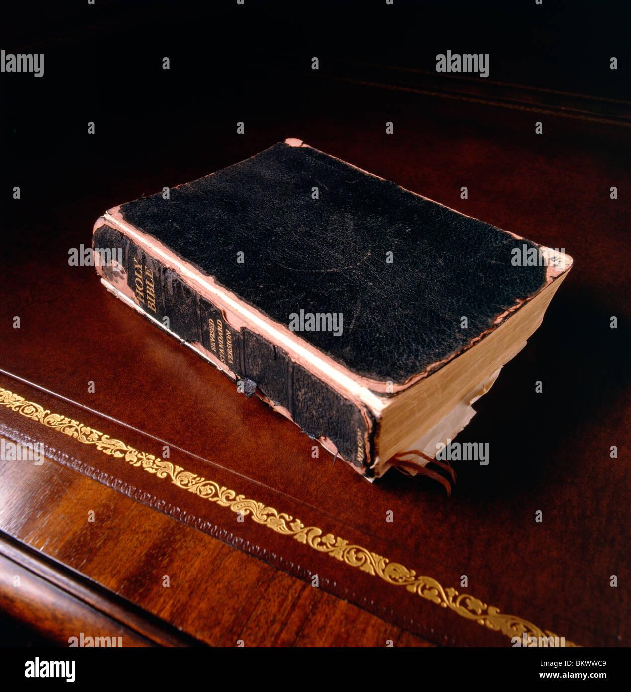 La vie encore l'étude d'une Bible sur un bureau ancien en cuir haut Banque D'Images