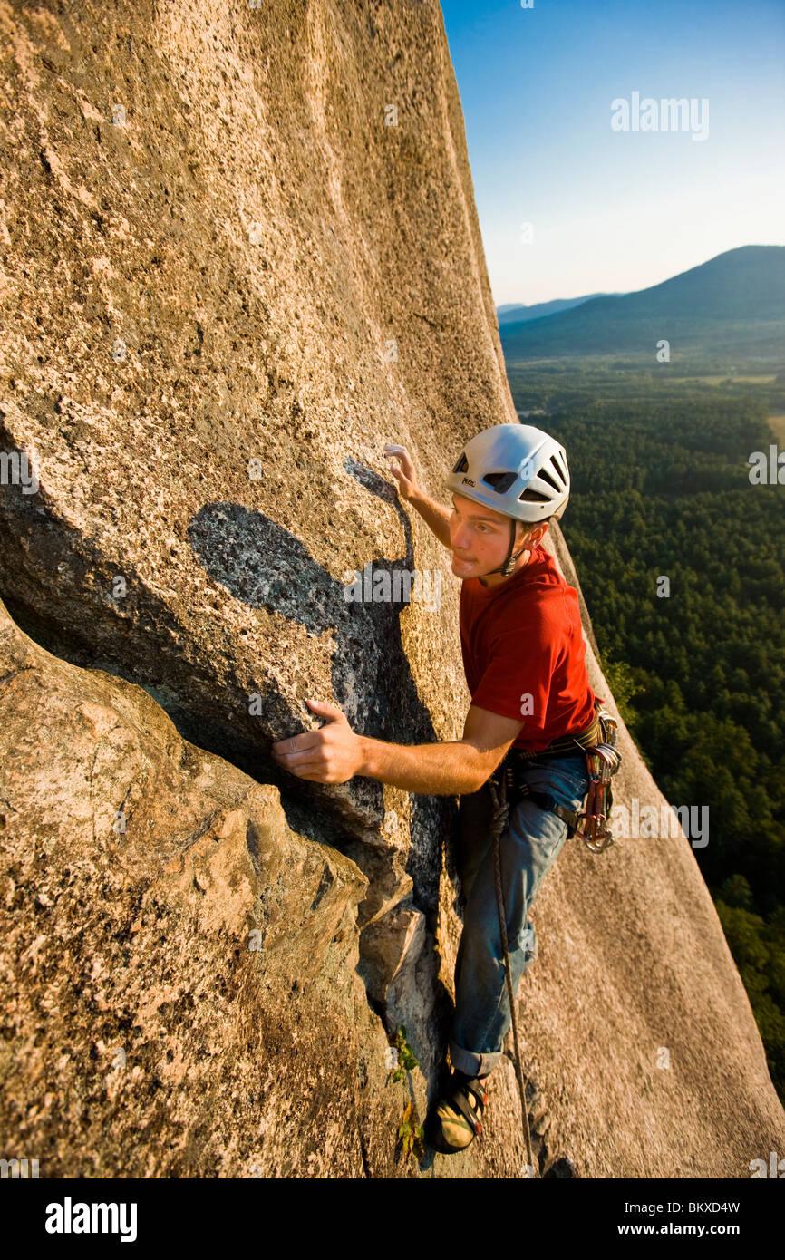 Un homme escalade près du haut de la cathédrale Ledge. Echo Lake State Park à North Conway, New Hampshire. Photo Stock