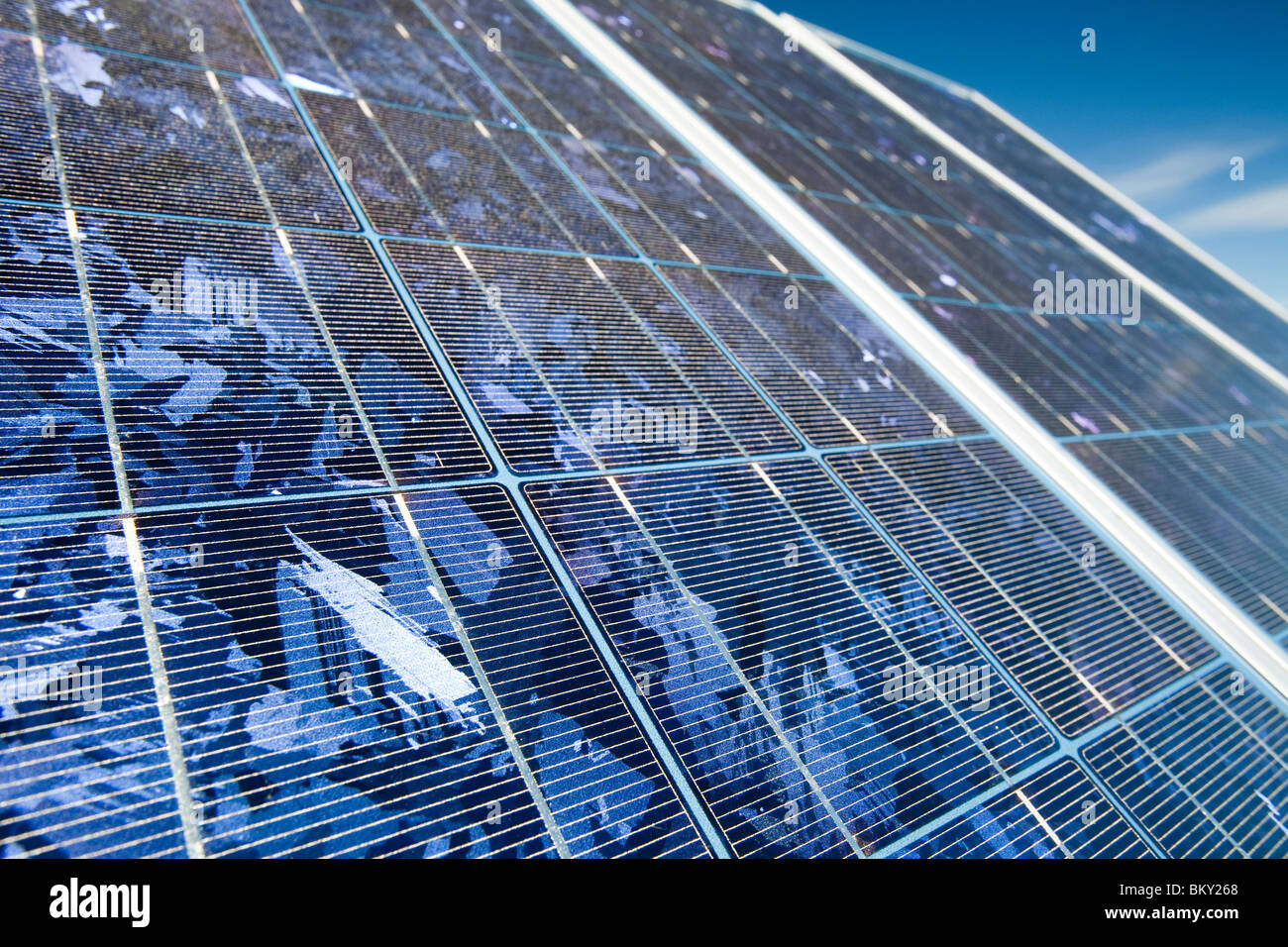 Des panneaux solaires sont utilisés pour produire de l'électricité pour alimenter l'équipement Photo Stock