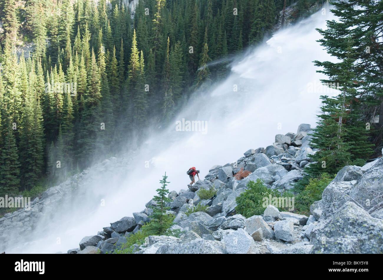 Un homme à côté d'une cascade, l'enchantement des pics, lacs de montagne Désert, Leavenworth, Photo Stock
