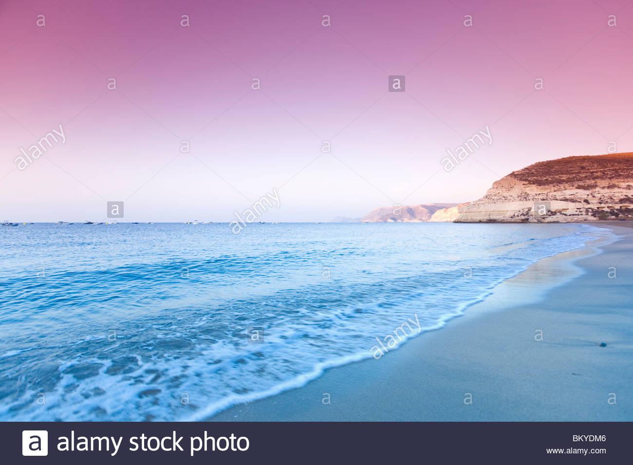 La plage d'Agua Amarga dans la lumière du soir, le parc national de Cabo de Gata, Almeria, Andalousie, Photo Stock