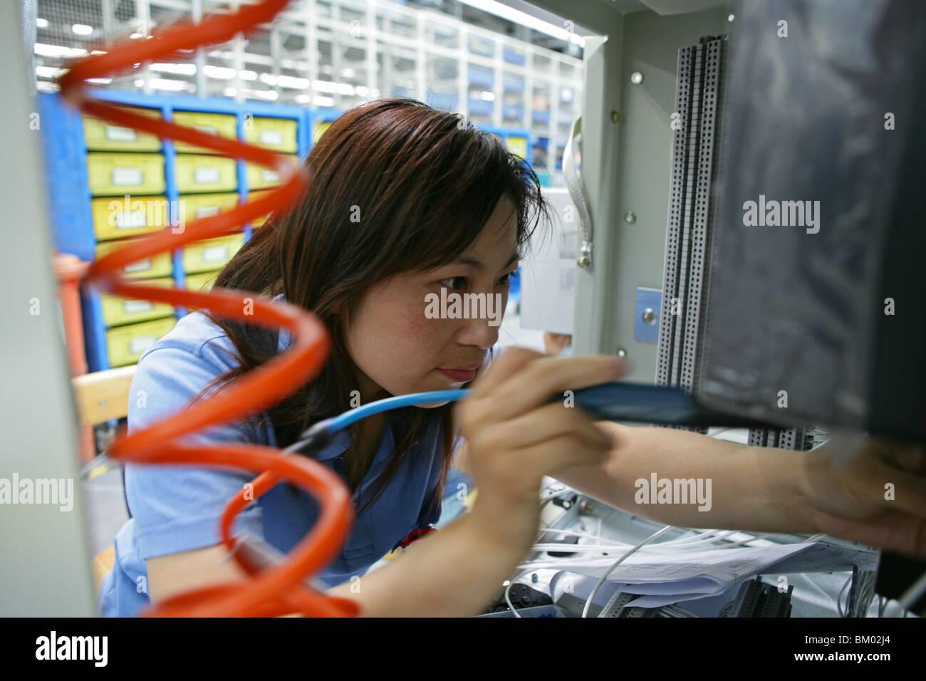 High-Tech, passer de la fabrication, les femmes travailleur, technicien Photo Stock