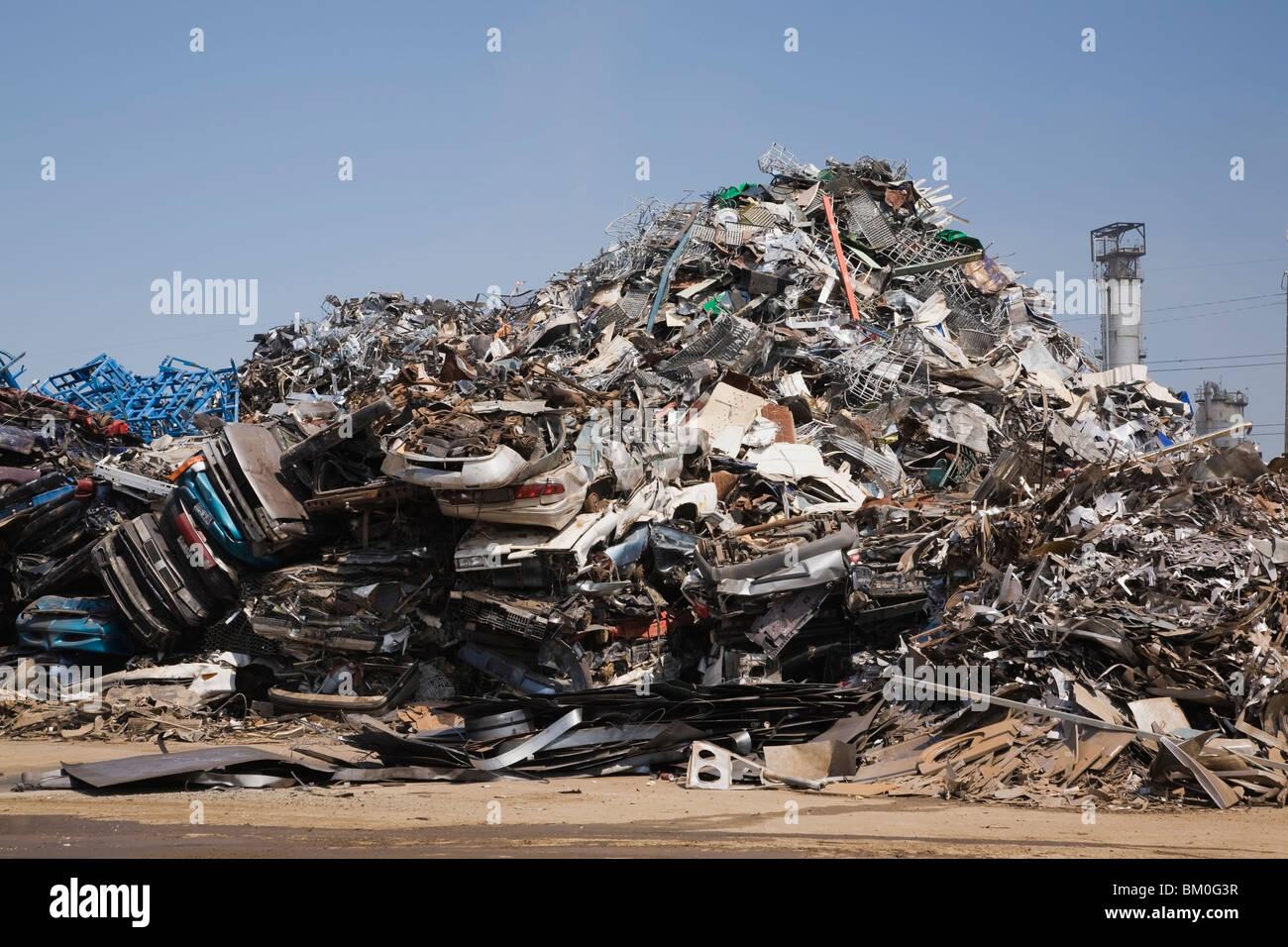 Pile de déchets automobiles, des articles ménagers et industriels au chantier de recyclage de ferraille, Photo Stock