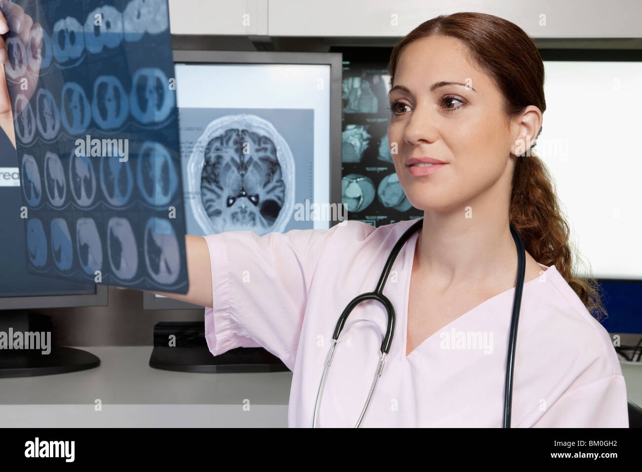 Femme médecin l'examen d'une x-ray report Photo Stock