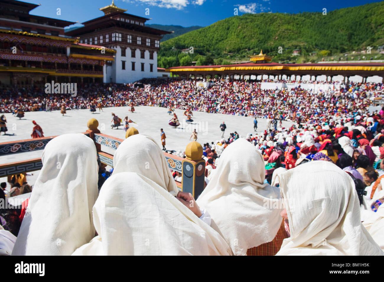 Spectateurs regardant l'automne Tsechu (festival) à Trashi Chhoe Dzong, Thimphu, Bhoutan, Asie Photo Stock