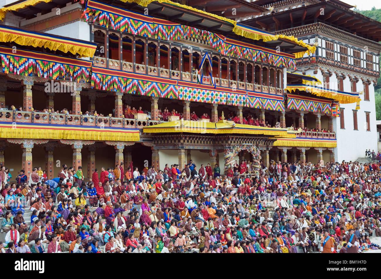 Des spectateurs à l'automne Tsechu (festival) à Trashi Chhoe Dzong, Thimphu, Bhoutan, Asie Photo Stock
