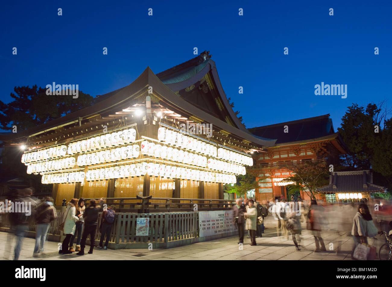 Allumage des lanternes Sanctuaire Yasaka jinja, Kyoto, Japon, Asie Photo Stock
