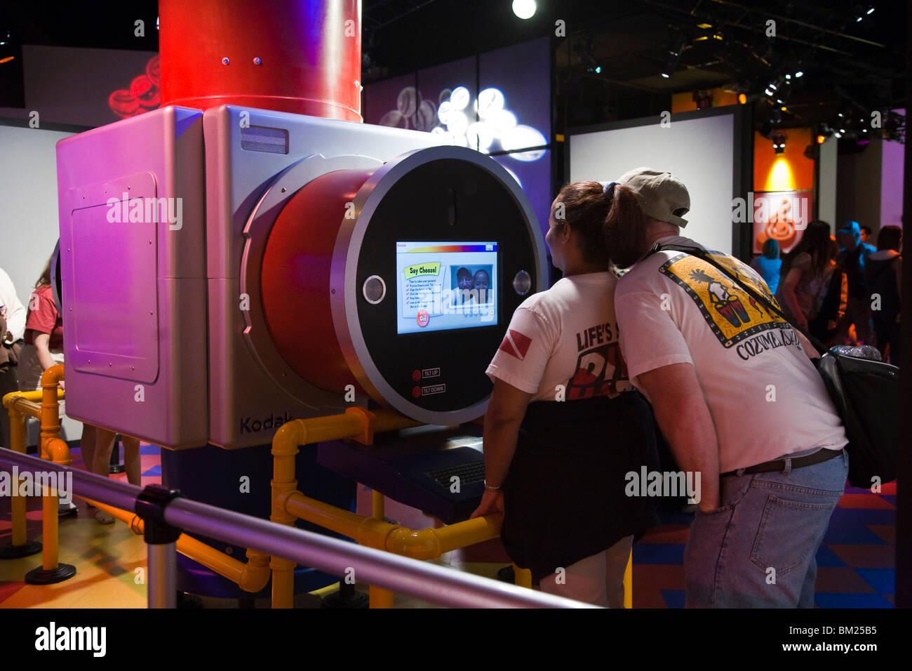 Kissimmee, FL - Jan 2009 - Les clients utilisent l'équipement Kodak pour prendre des photos d'eux-mêmes Photo Stock