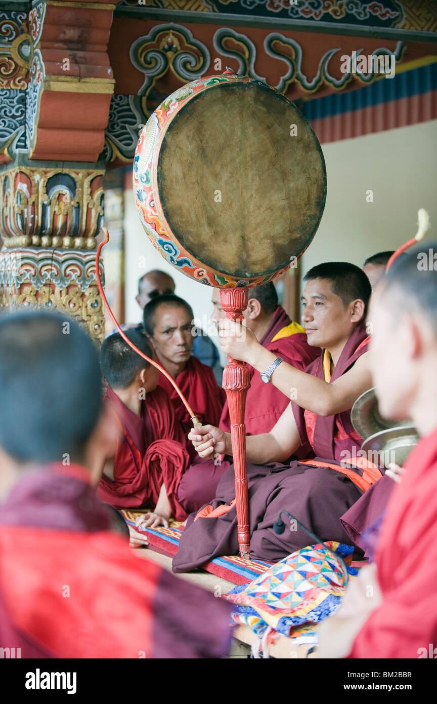 Moine avec tambour, automne Tsechu (festival) à Trashi Chhoe Dzong, Thimphu, Bhoutan Photo Stock