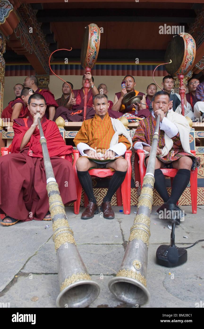 Moines jouant klaxons et tambours, automne Tsechu (festival) à Trashi Chhoe Dzong, Thimphu, Bhoutan Photo Stock