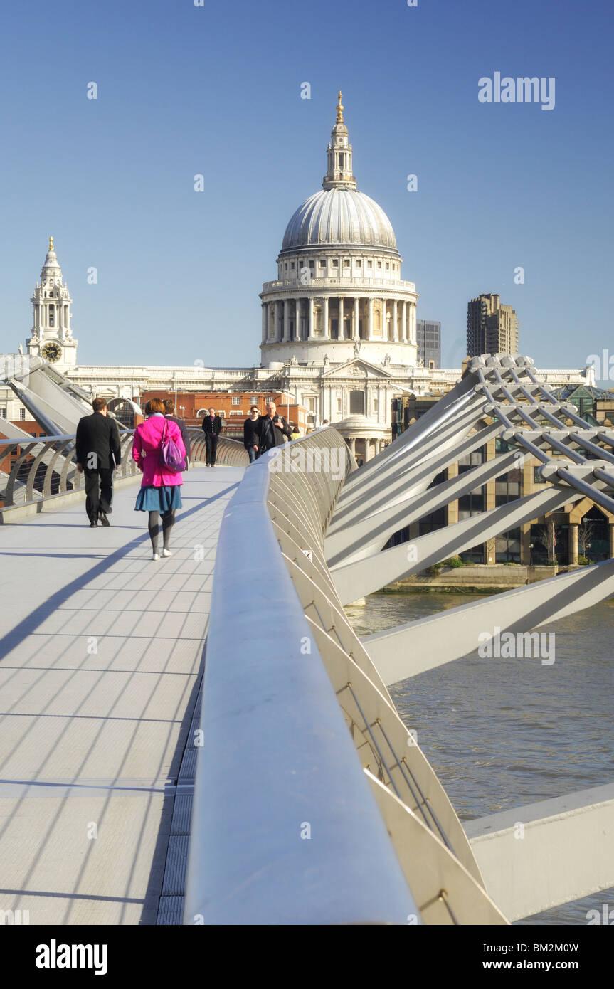 Pont du Millenium, la Tamise et la Cathédrale St Paul - Londres, Angleterre Photo Stock