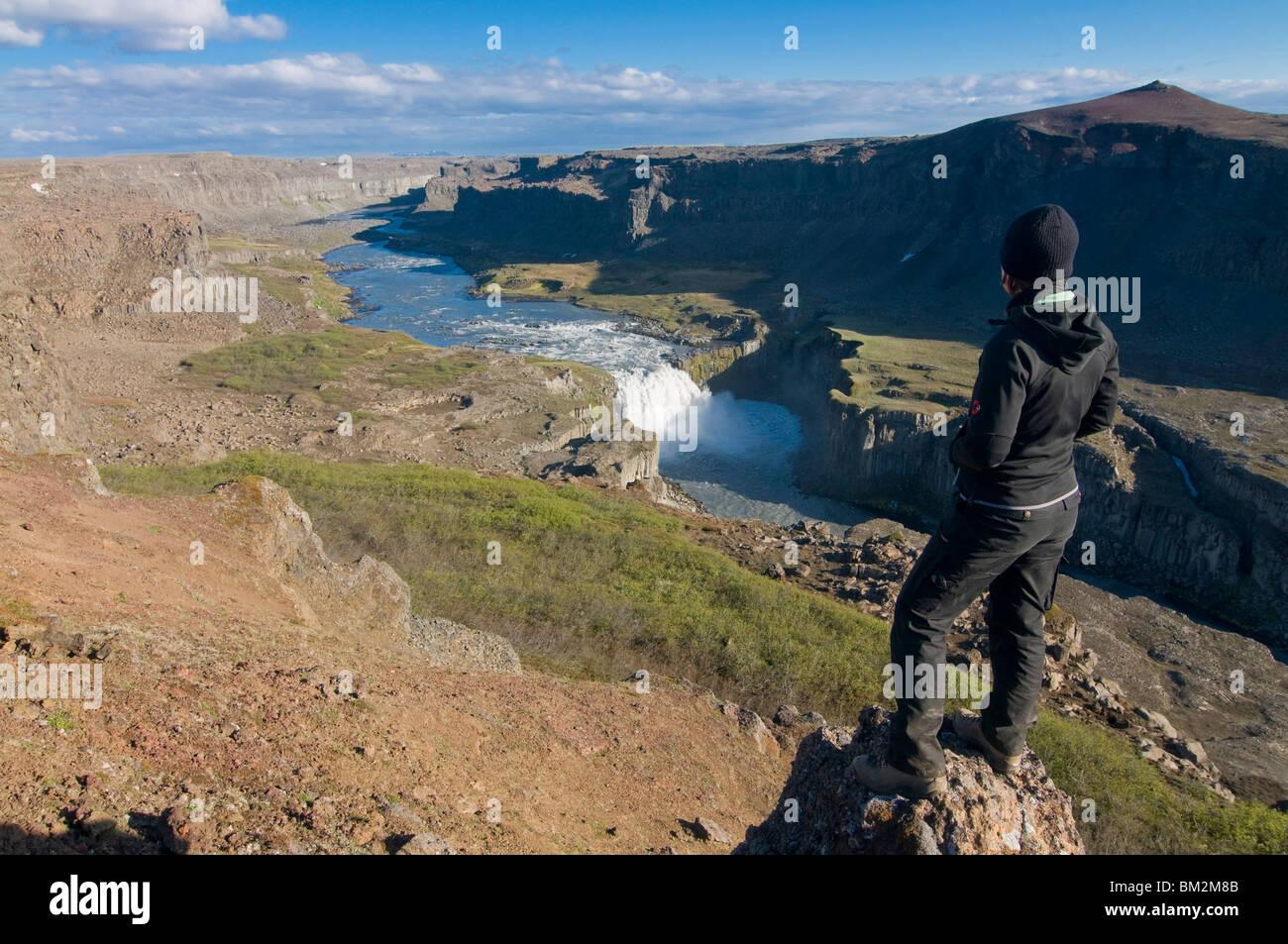 Fille admirant le paysage spectaculaire du parc national de Jokulsarglijufur, Islande, régions polaires Photo Stock