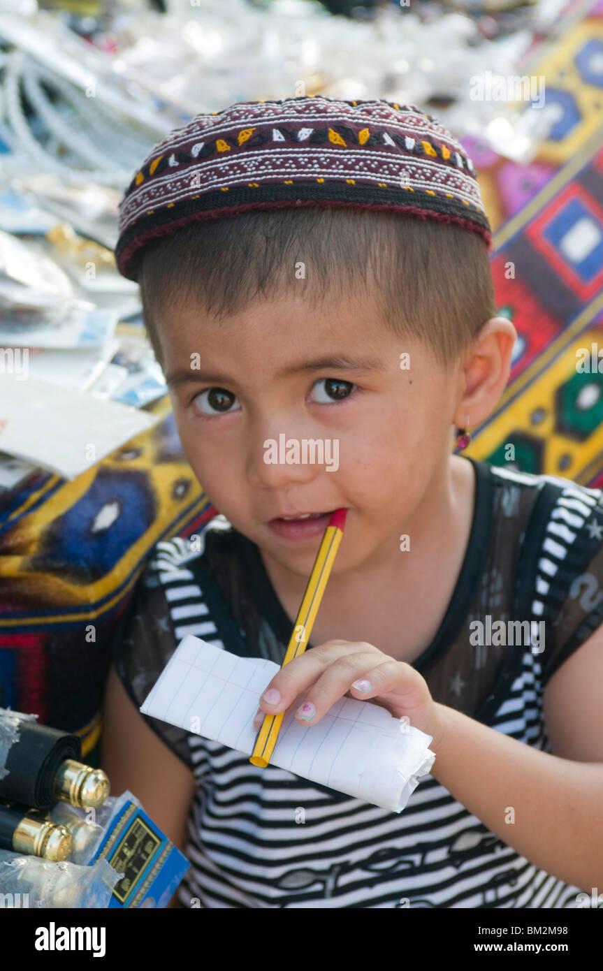 Jeune garçon avec stylo dans sa bouche, Khiva, Ouzbékistan Photo Stock