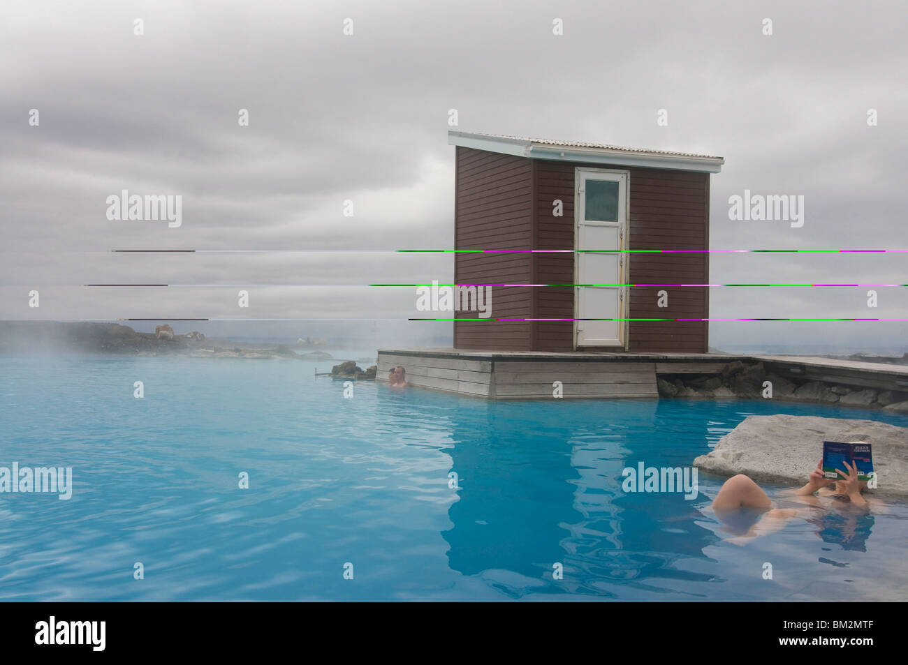 Young woman enjoying echelle Hot spring, Reykjavík, Islande, régions polaires Photo Stock