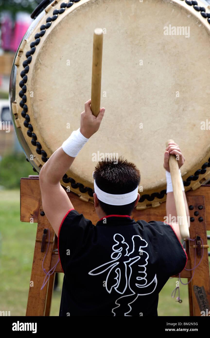 Le batteur d'effectuer sur un tambour taiko japonais à un festival à Kanagawa, Japon Banque D'Images