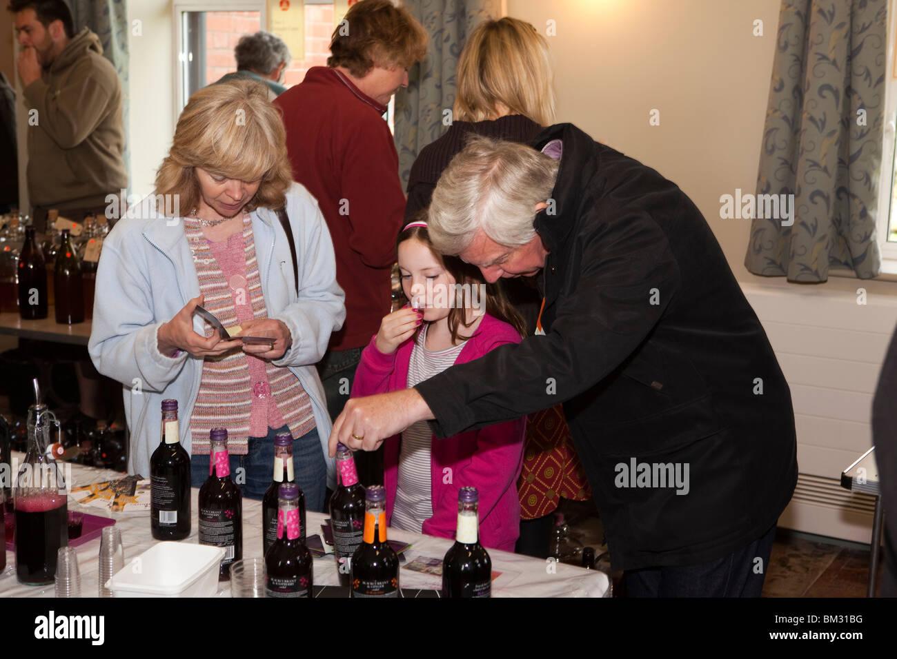 Royaume-uni, Angleterre, Herefordshire, Putley, Big Apple Event, jeune visiteur jus de fruit d'échantillonnage Photo Stock