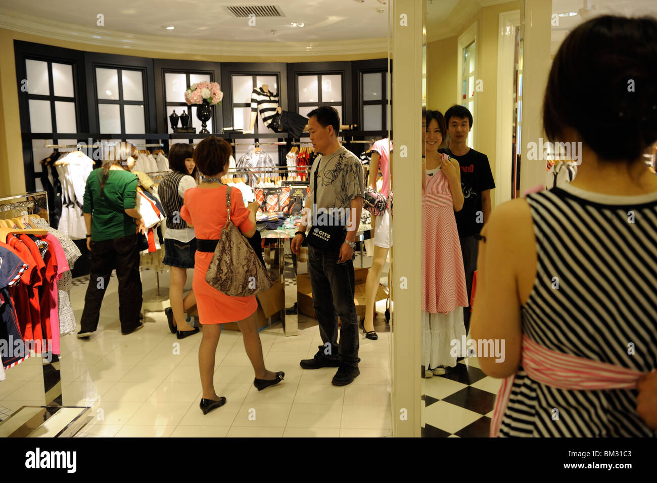 2d032b6a4 Mesdames chinois shopping à Angleterre marque Scofiled femmes à Beijing  magasin Scitech Premium Outlet Photo Stock