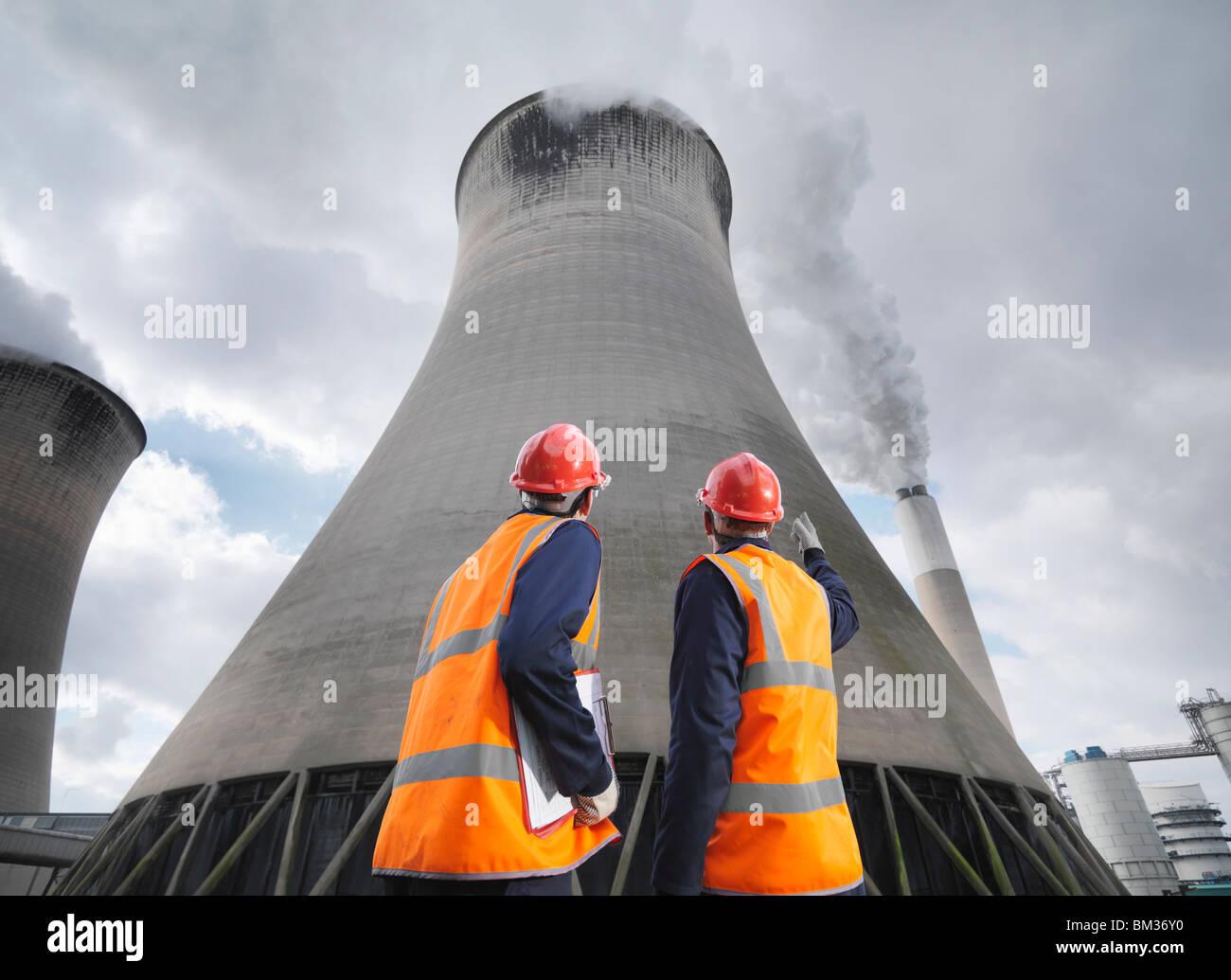 Les travailleurs de la centrale électrique au charbon Photo Stock