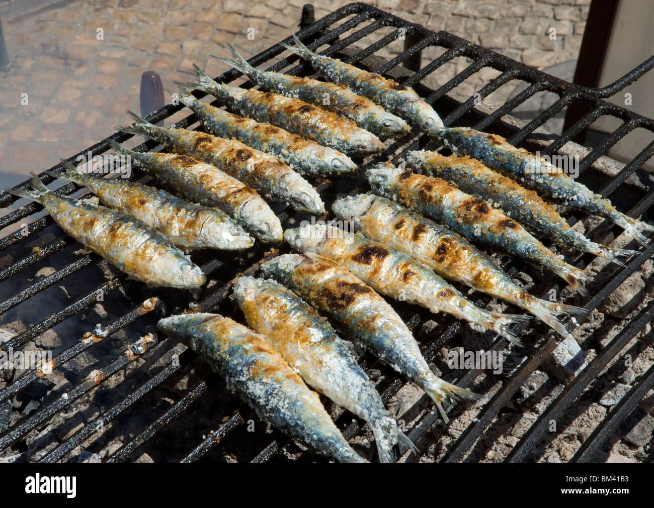 Le Portugal, l'Algarve, les sardines sur un grill Photo Stock