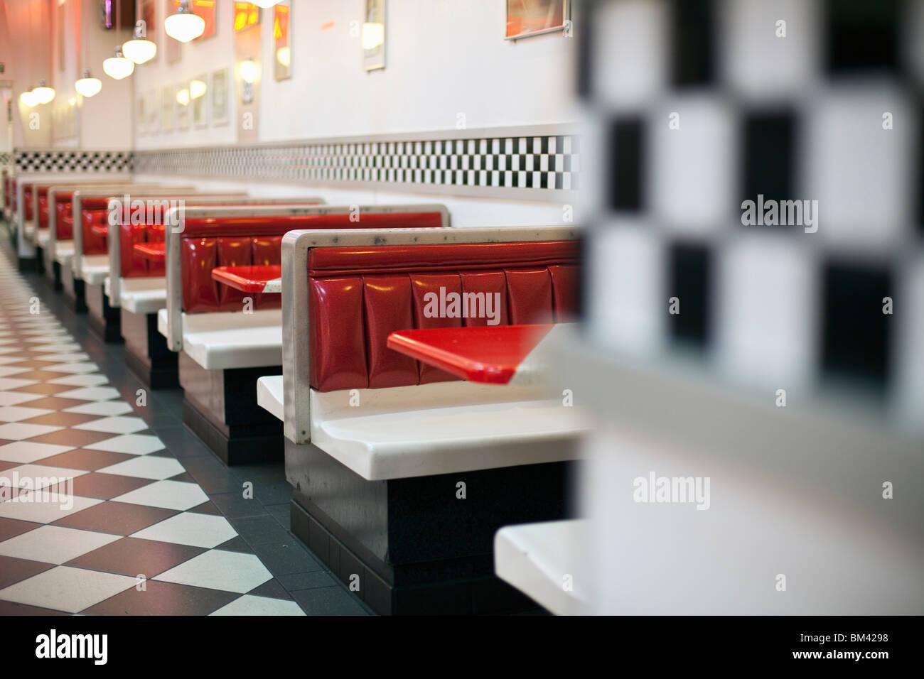 Le restaurant de style années 1950 avec plancher à carreaux et rock'n'roll des souvenirs. Photo Stock