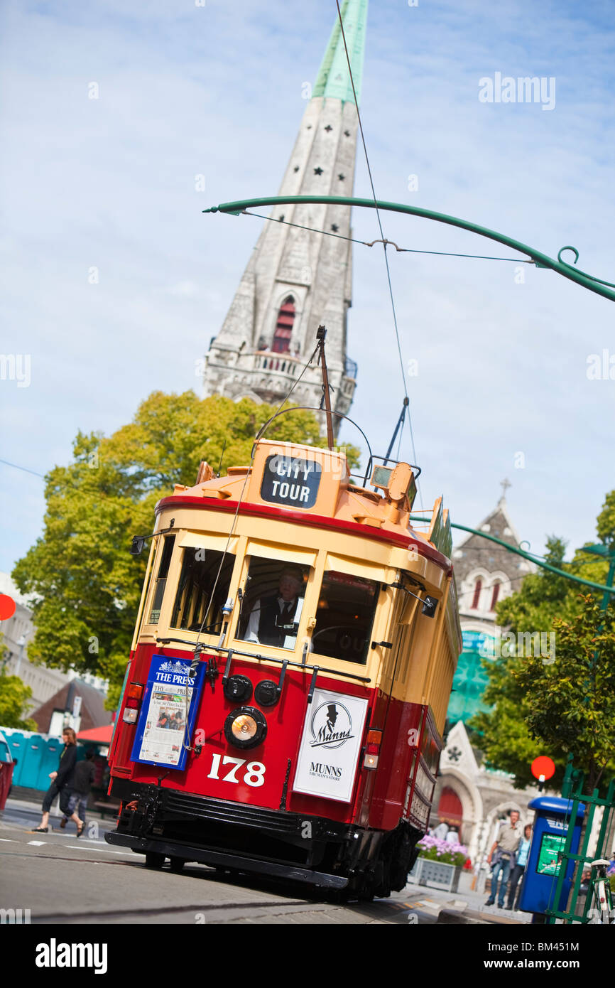 Le tramway de la ville avec la Cathédrale Christ Church à l'arrière-plan. Christchurch, Canterbury, Photo Stock