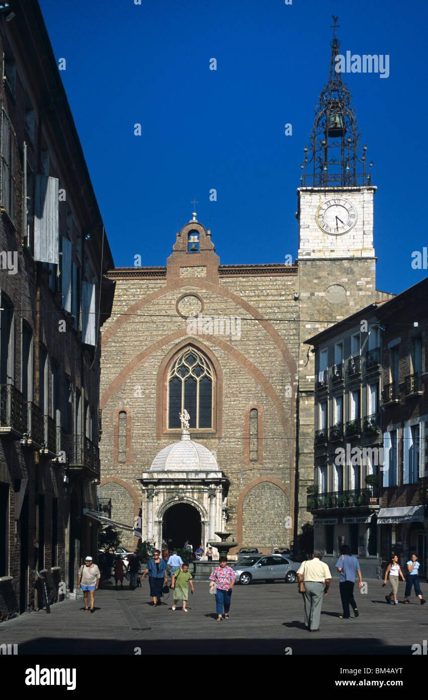 Cathédrale de Saint Jean ou de Saint John (1324) et les piétons à la Place Gambetta, Perpignan, Languedoc Photo Stock