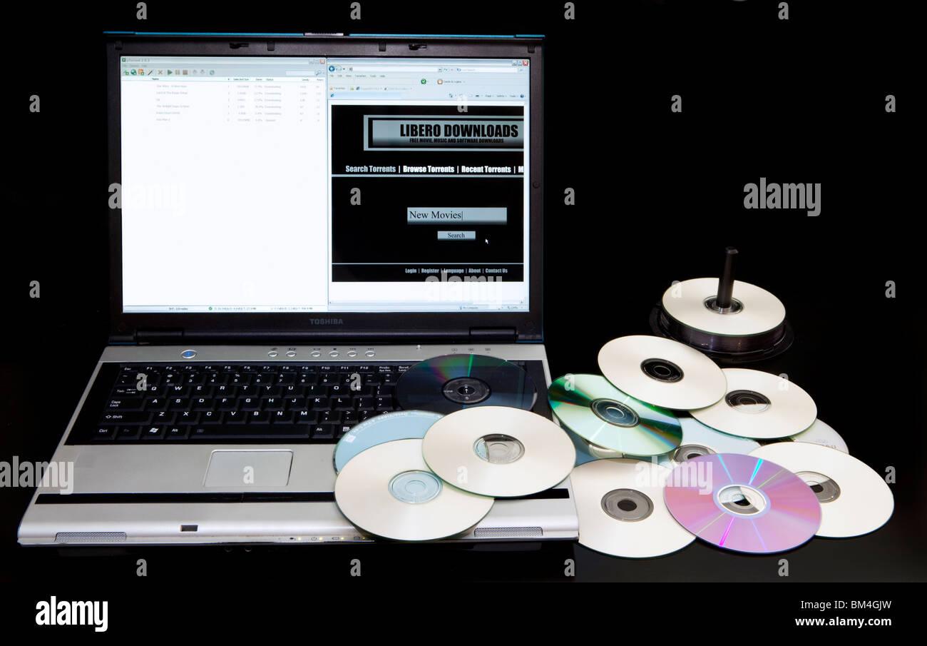 Site de téléchargement illégal et bittorrent site sur un ordinateur à côté d'une Photo Stock