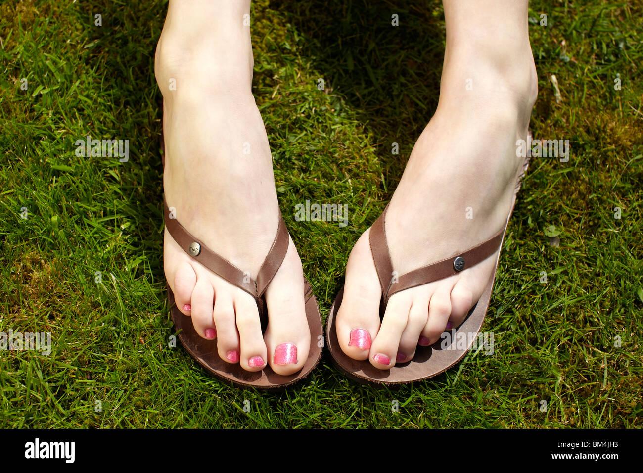 Close up de pieds en tongs Banque D'Images