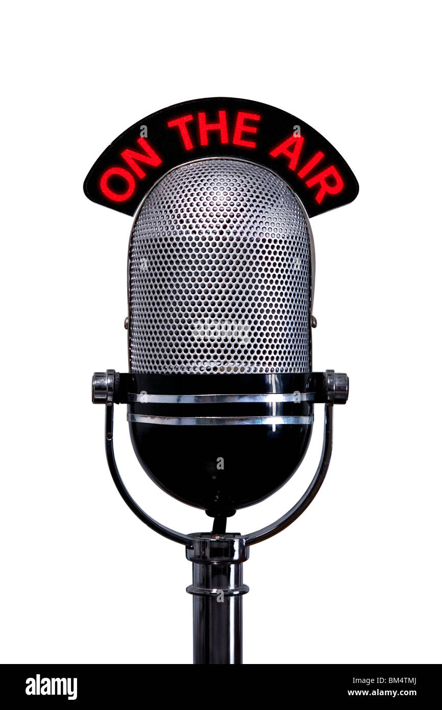 Microphone rétro avec sur le signe d'air, isolé sur un fond blanc. Photo Stock