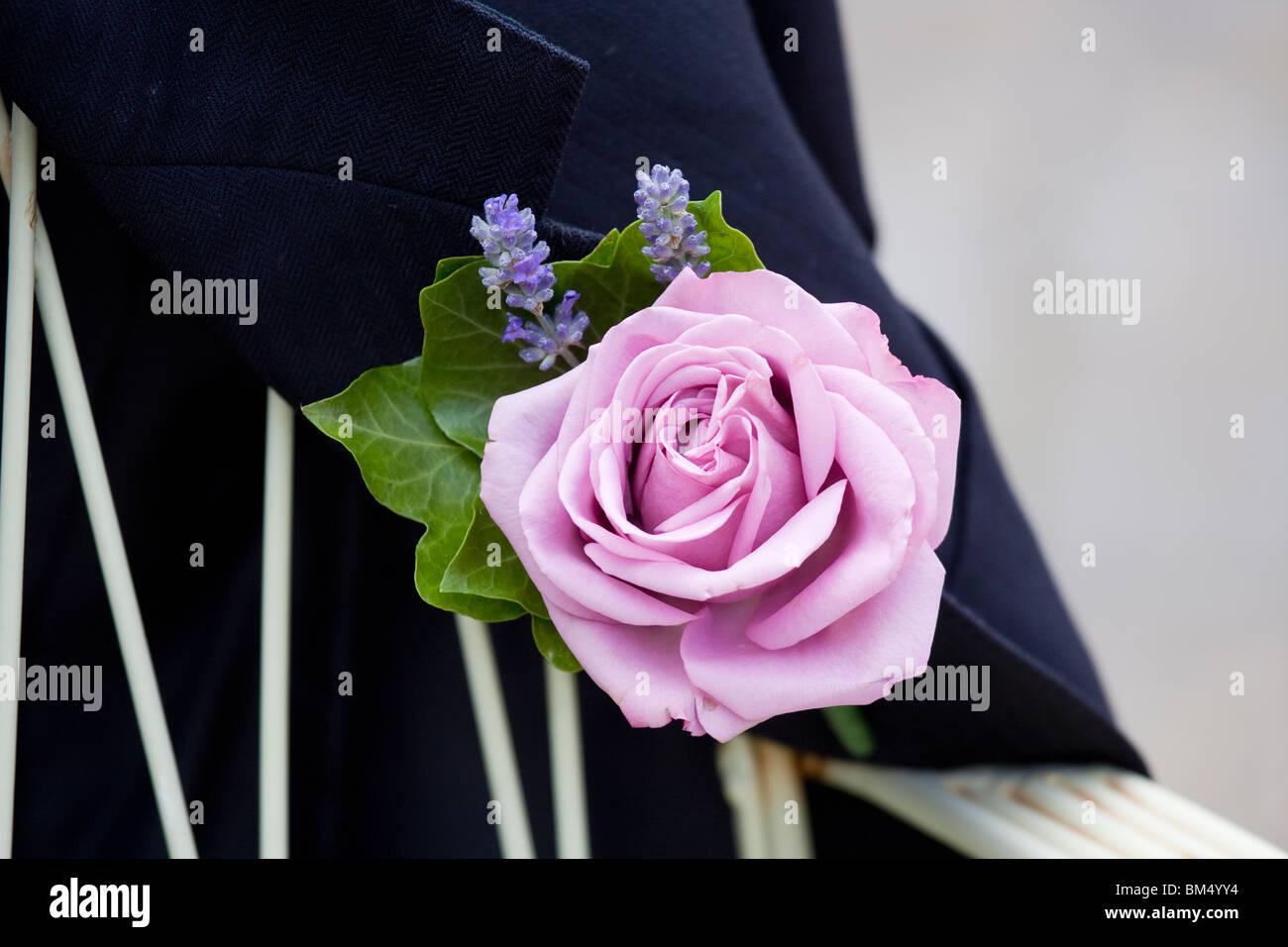 Trou du bouton de rose fleur sur une veste de mariés Photo Stock