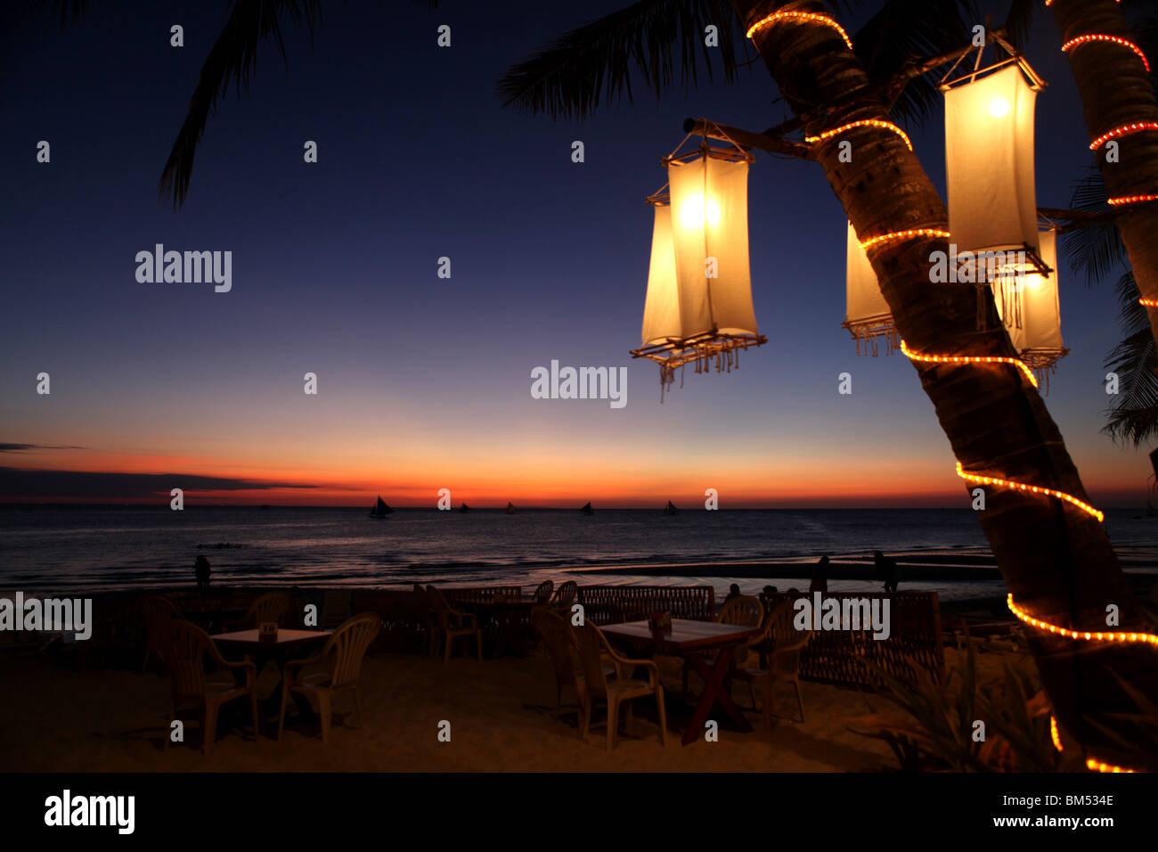 Coucher du soleil sur la plage Blanche, Boracay, la plus célèbre destination touristique aux Philippines. Photo Stock