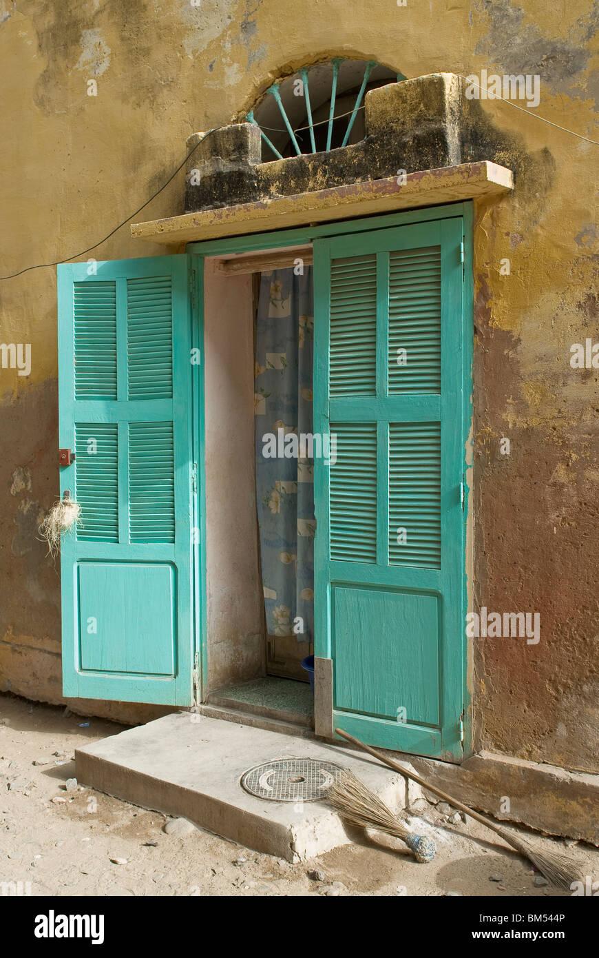 Colorful porte d'une maison coloniale à l'île de Gorée, Dakar, Sénégal, Afrique. Banque D'Images