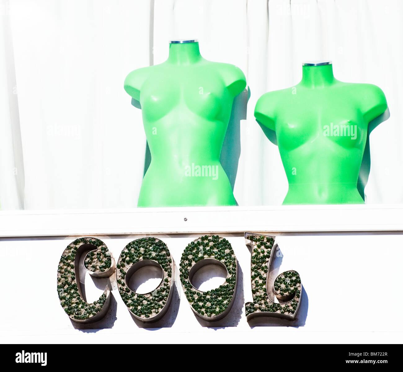 Malaga, la province de Malaga, Costa del Sol, Espagne. Boutique de vêtements Cool avec mannequins vert. Photo Stock