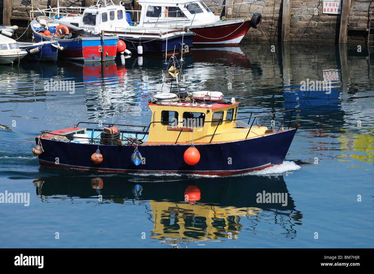 Un bateau de pêche de quitter le port de brixham Devon, UK Photo Stock