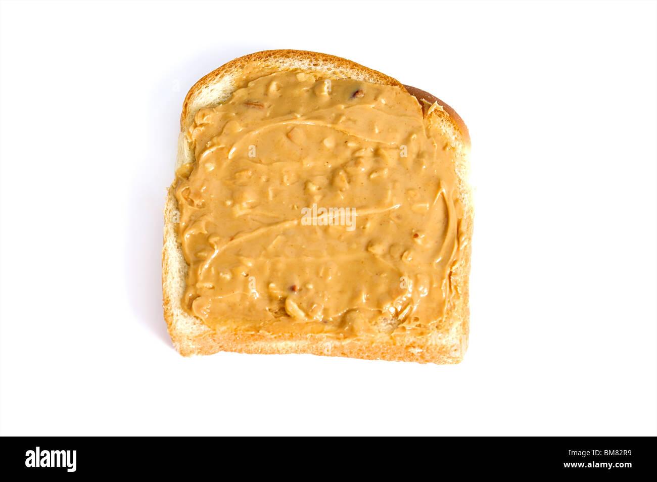 Un beurre d'arachide croquant sandwich fait avec du pain blanc est sur fond blanc Photo Stock