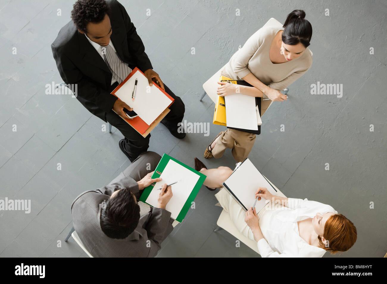 L'équipe de gens d'affaires ayant la réunion Banque D'Images