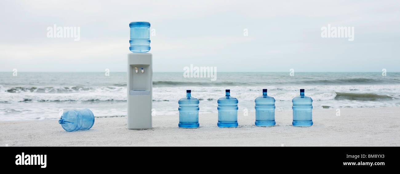 Refroidisseur d'eau et de l'eau à la queue on beach Photo Stock
