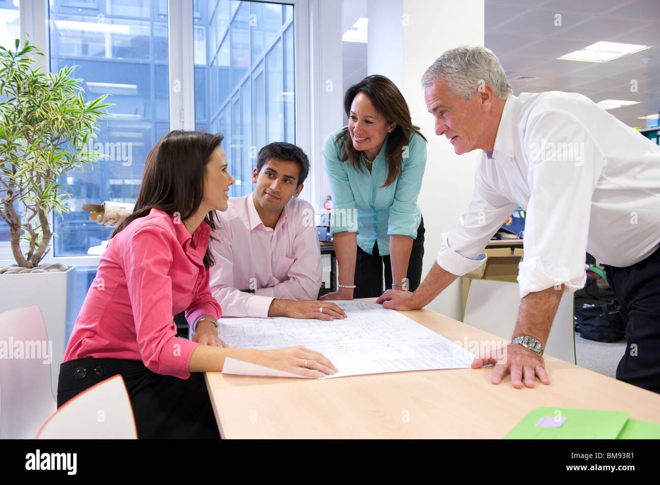Réunion d'équipe afin de discuter de plans architectes Photo Stock
