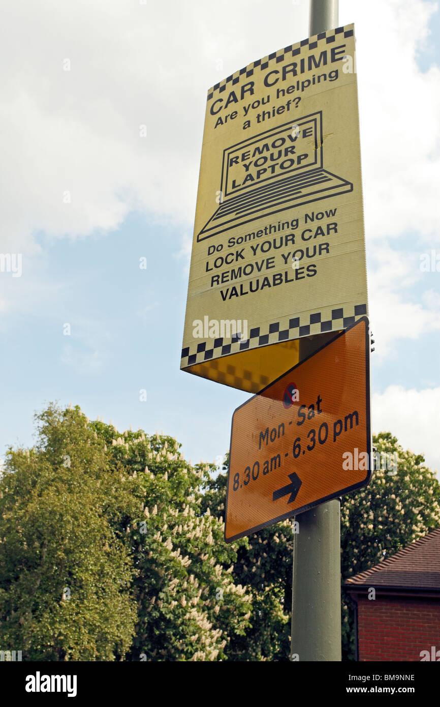 Les vols de voitures panneau d'avertissement ci-dessus un signe de restriction de stationnement Photo Stock