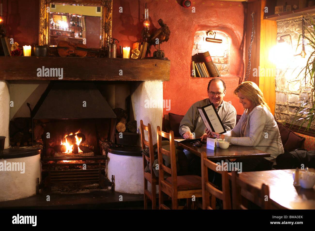 Une soirée agréable dans un milieu rural Irish Pub Photo Stock