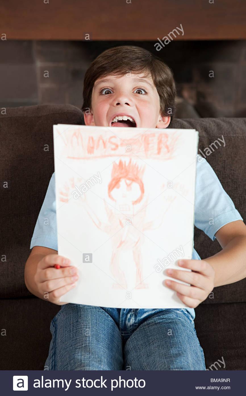 Garçon avec une photo qu'il a dessiné Photo Stock