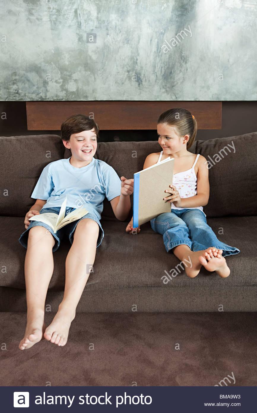 Boy looking at a picture sa sœur a attiré Photo Stock
