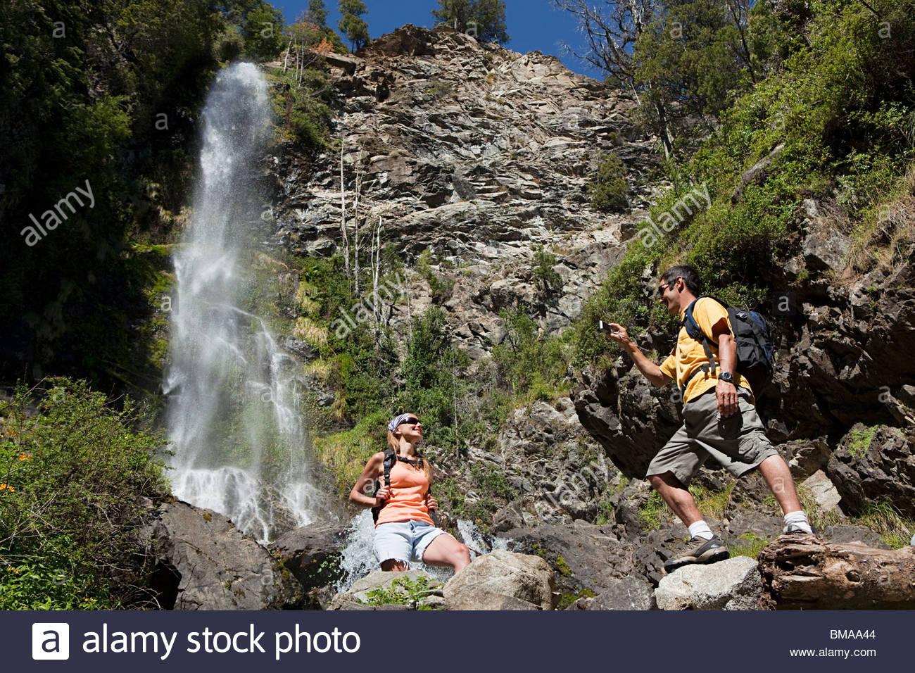 Couple taking photos de cascade Photo Stock