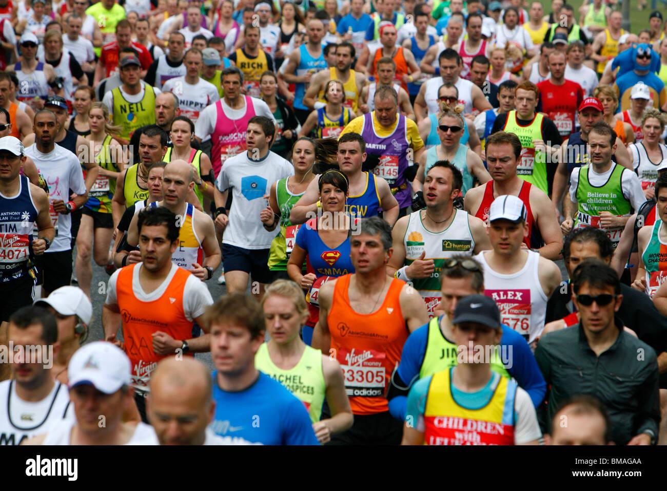 Les coureurs du Marathon de Londres le long de Charlton Way, Blackheath, Londres, UK Photo Stock