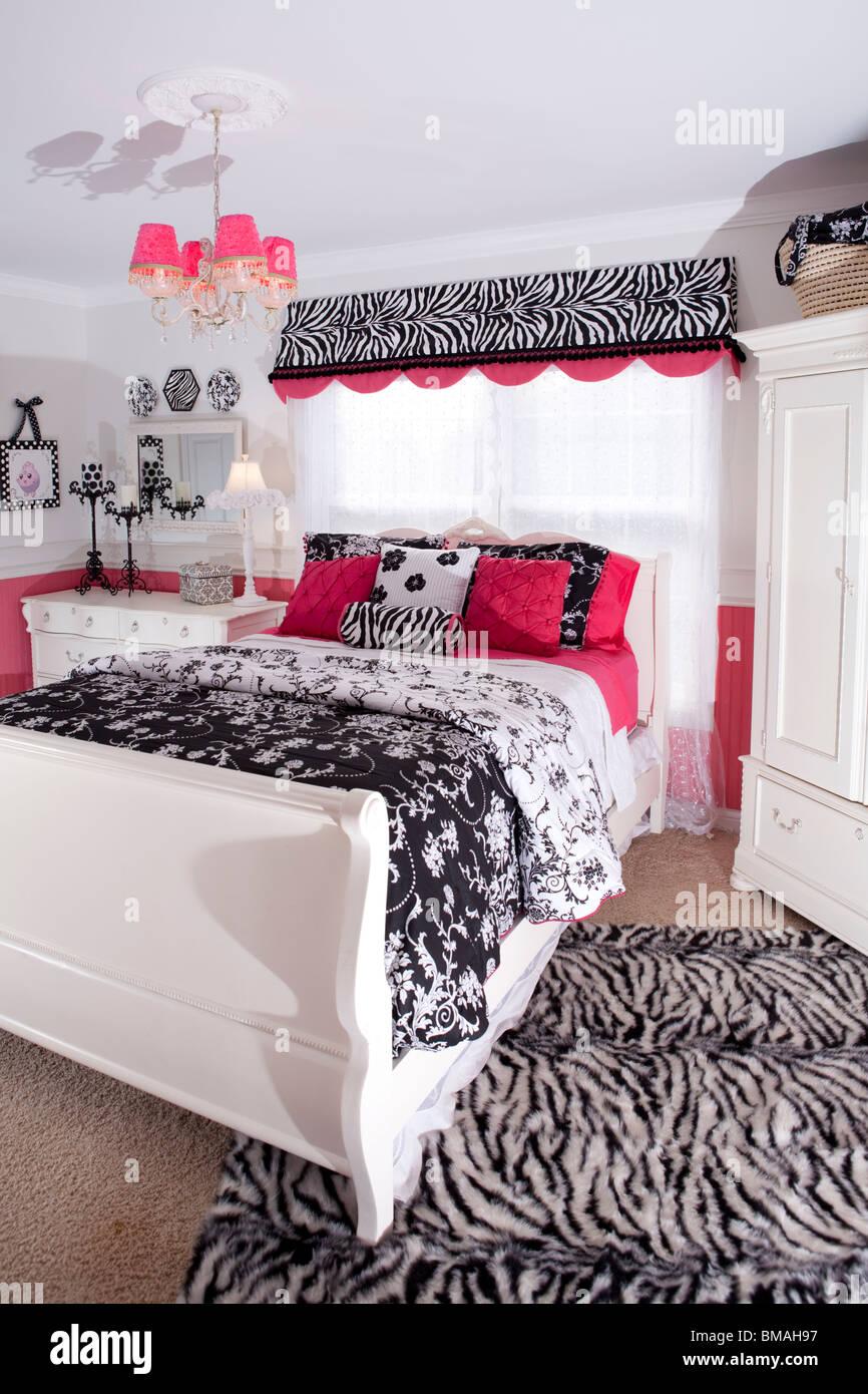 Chambre adolescent dans American house en blanc, rose et noir avec ...
