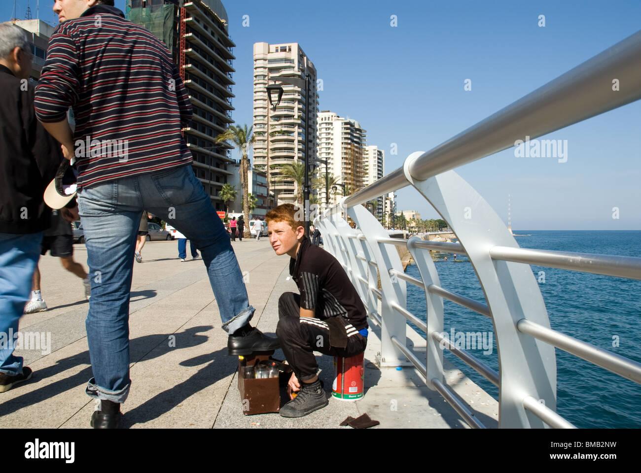 Nettoyant chaussures garçon chaussures homme plus âgé de peinture à Beyrouth Liban corniche Photo Stock