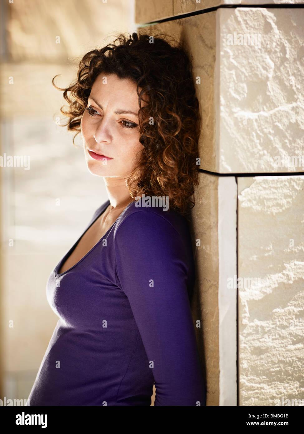 Portrait of mid adult woman italienne sur les colonnes et de pleurer Photo Stock