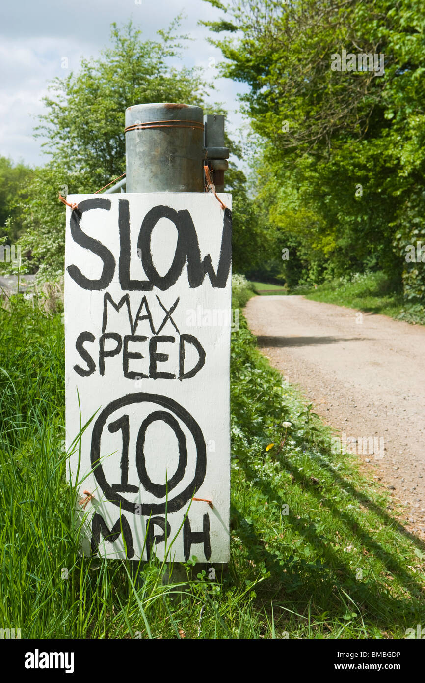 Limitation de vitesse à la main par la voie. UK Photo Stock