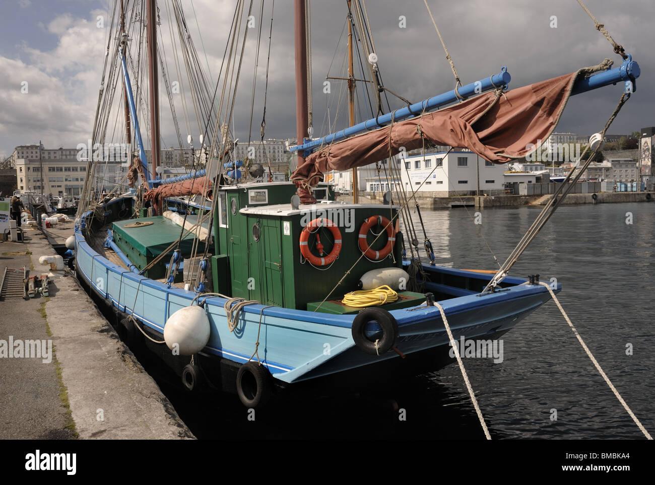 Bateau historiques amarrés dans le port de Brest, Bretagne, France Photo Stock